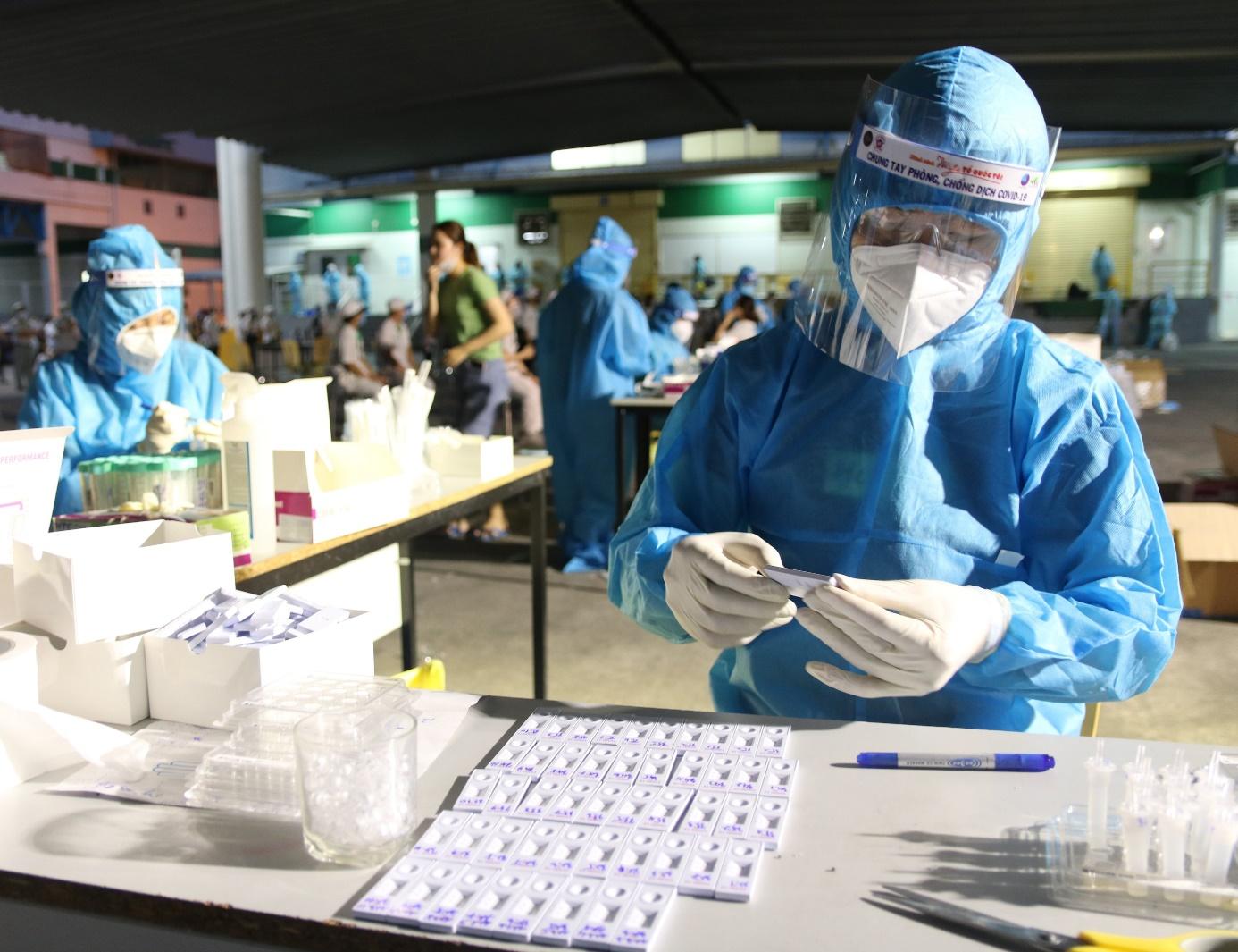 Giá test nhanh xét nghiệm Covid-19 hiện nay ở Việt Nam - Ảnh 1.