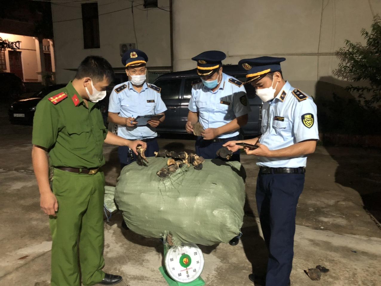 Hàng trăm kg nấm được tuồn phi pháp vào Việt Nam - Ảnh 1.