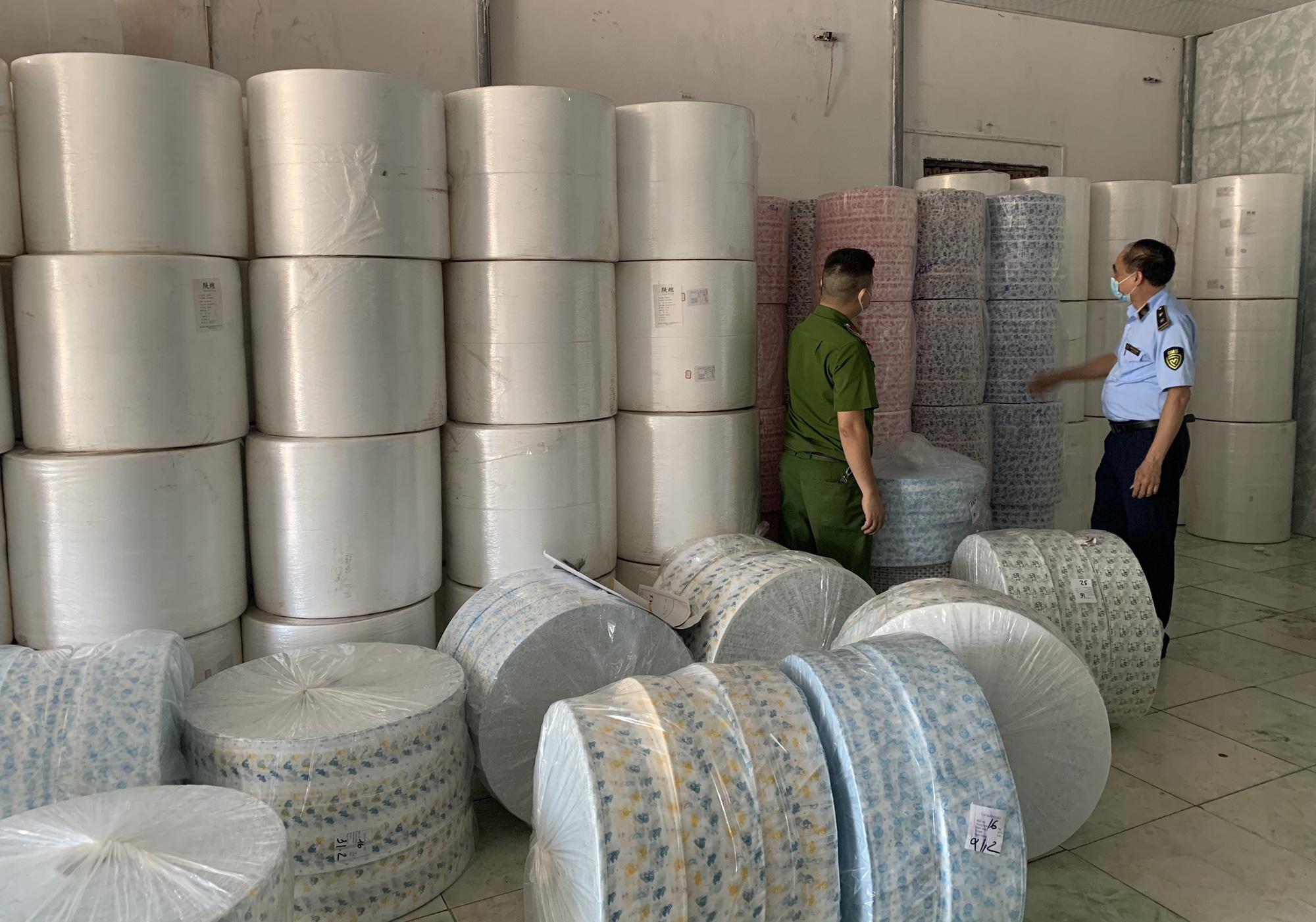 Tịch thu hàng tấn vải không dệt nhập lậu từ Trung Quốc dùng để may khẩu trang - Ảnh 1.