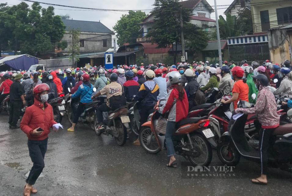 """Hà Nội: Sáng đầu tuần, ùn ứ tại chốt kiểm soát cửa ngõ Thủ đô, công nhân """"chôn chân"""" khi đi làm - Ảnh 1."""
