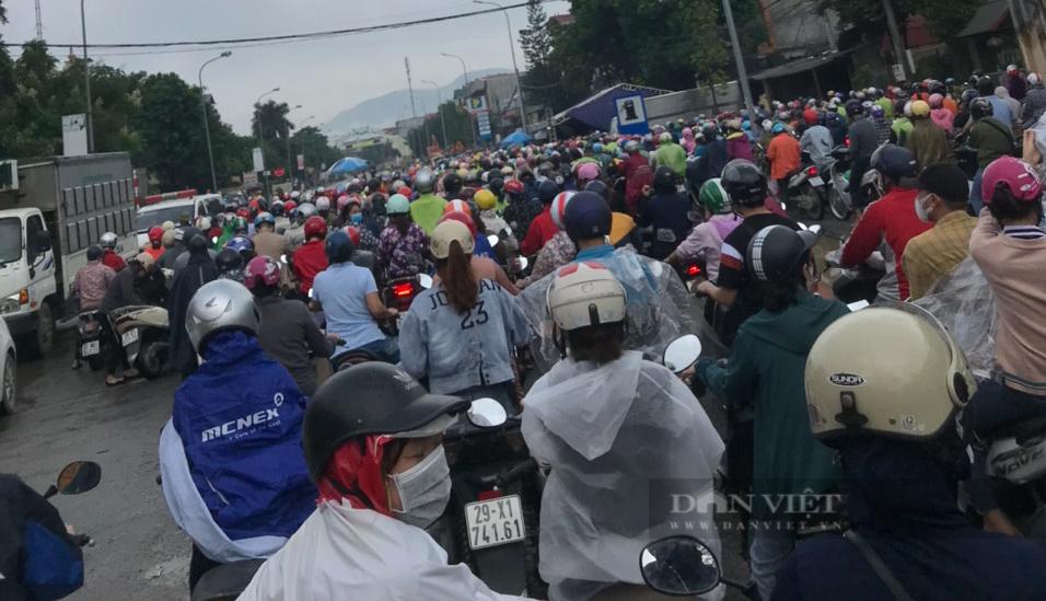 """Hà Nội: Sáng đầu tuần, ùn ứ tại chốt kiểm soát cửa ngõ Thủ đô, công nhân """"chôn chân"""" khi đi làm - Ảnh 2."""