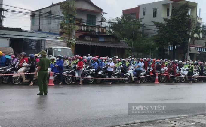 """Hà Nội: Sáng đầu tuần, ùn ứ tại chốt kiểm soát cửa ngõ Thủ đô, công nhân """"chôn chân"""" khi đi làm - Ảnh 3."""