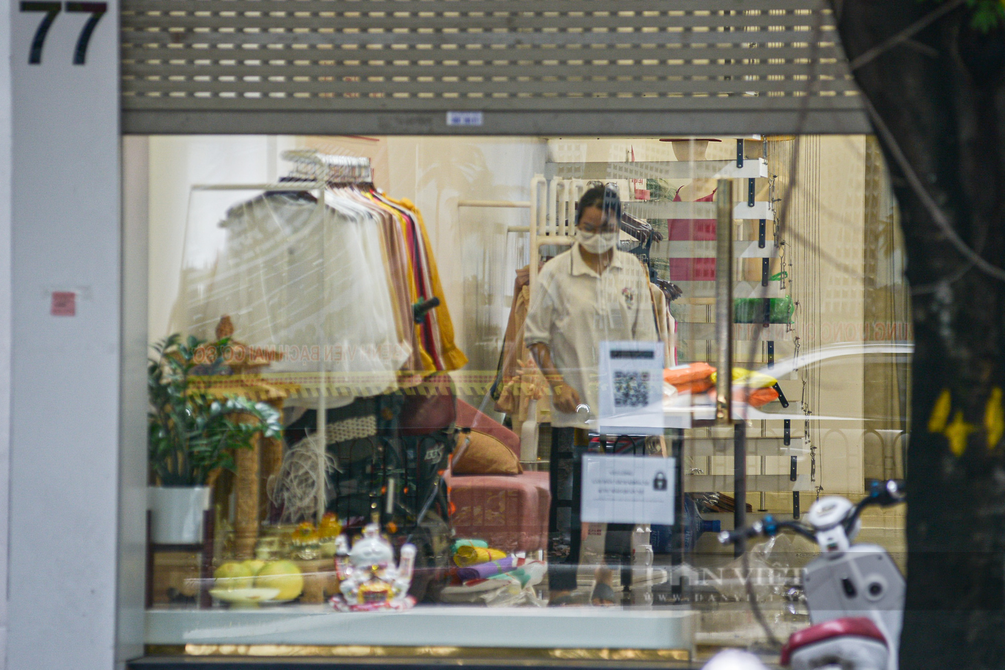 """Hà Nội: Các tuyến phố """"thời trang"""" hé cửa đón khách giữa mùa dịch - Ảnh 2."""
