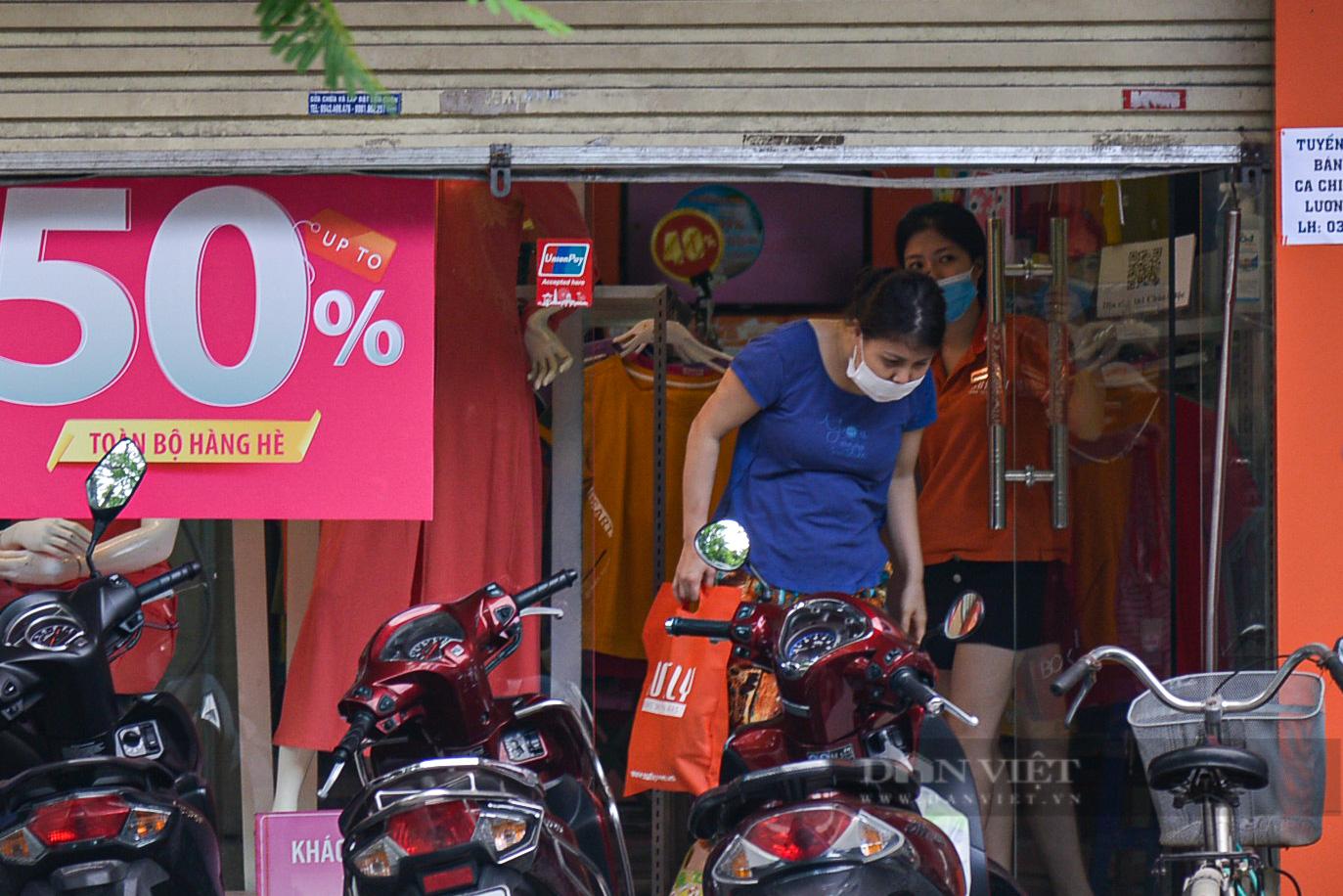 """Hà Nội: Các tuyến phố """"thời trang"""" hé cửa đón khách giữa mùa dịch - Ảnh 3."""