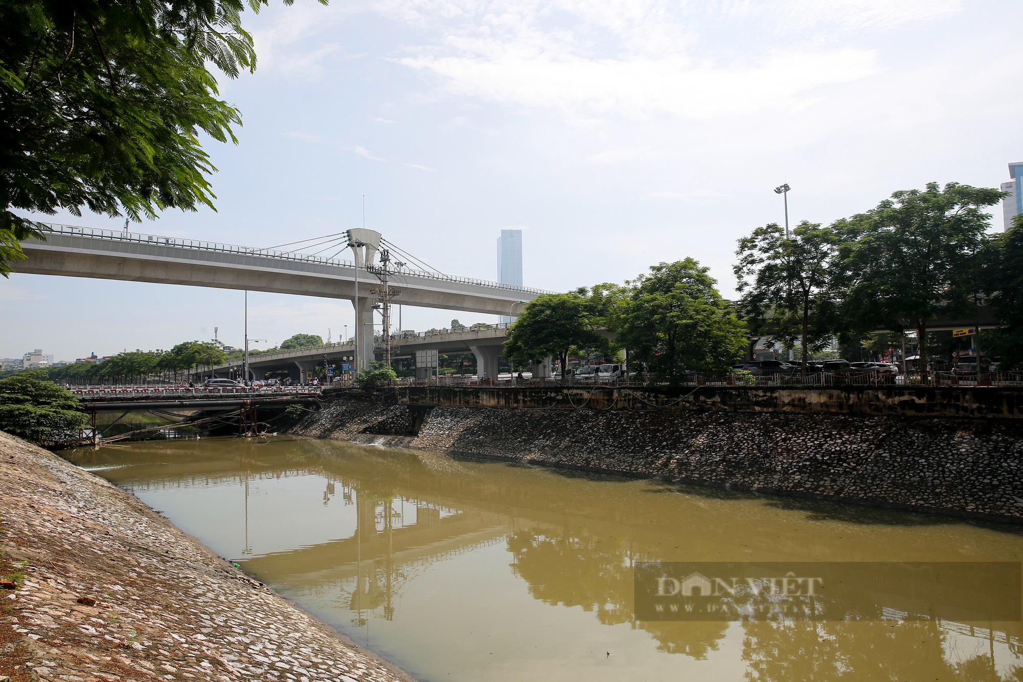Vẻ đẹp khác lạ của con sông ô nhiễm nhất Hà Nội sau khi đổi màu nước - Ảnh 1.