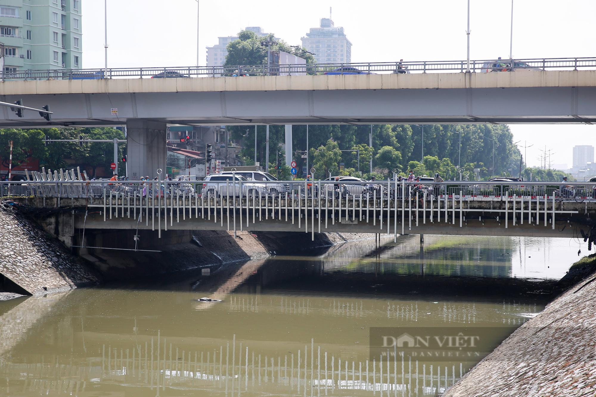 Vẻ đẹp khác lạ của con sông ô nhiễm nhất Hà Nội sau khi đổi màu nước - Ảnh 2.