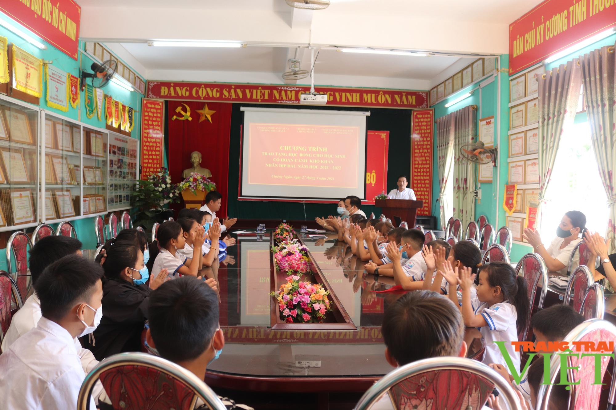 Sơn La: Trao 25 suất học bổng cho các em học sinh có hoàn cảnh khó khăn, vượt khó trong học tập - Ảnh 1.