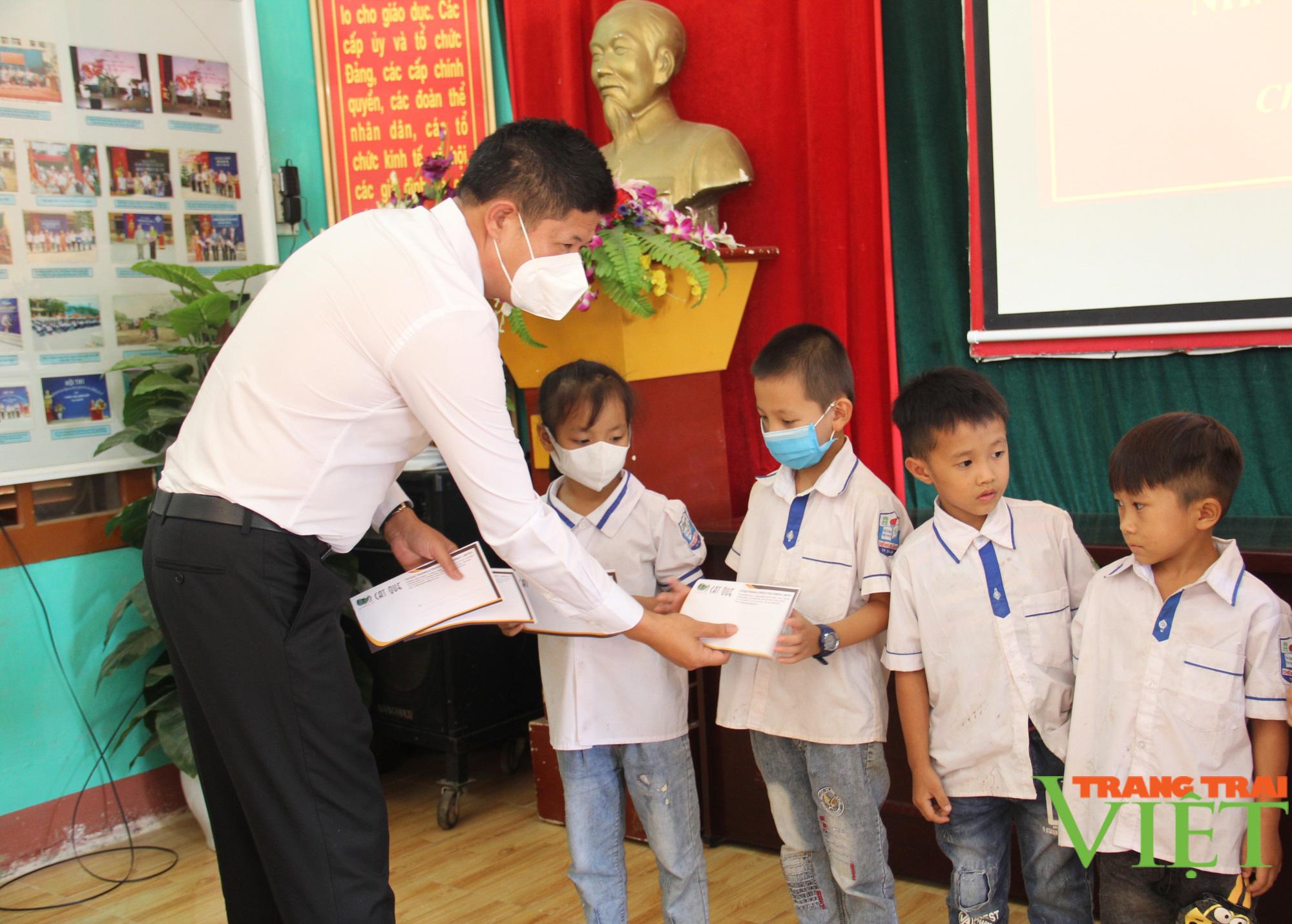 Sơn La: Trao 25 suất học bổng cho các em học sinh có hoàn cảnh khó khăn, vượt khó trong học tập - Ảnh 2.