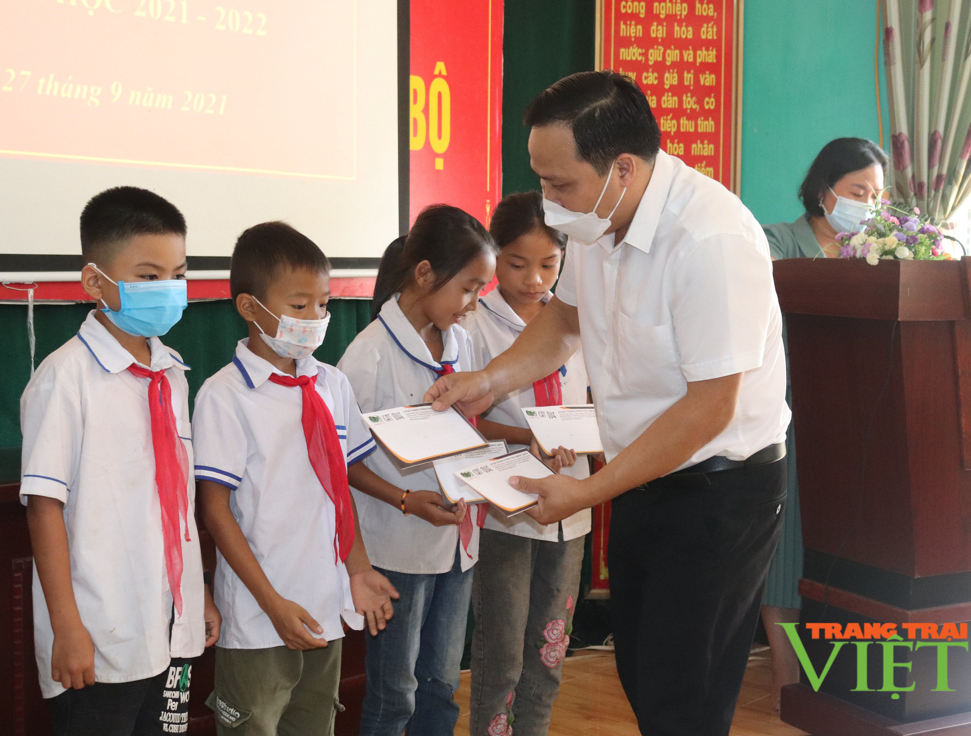 Sơn La: Trao 25 suất học bổng cho các em học sinh có hoàn cảnh khó khăn, vượt khó trong học tập - Ảnh 5.