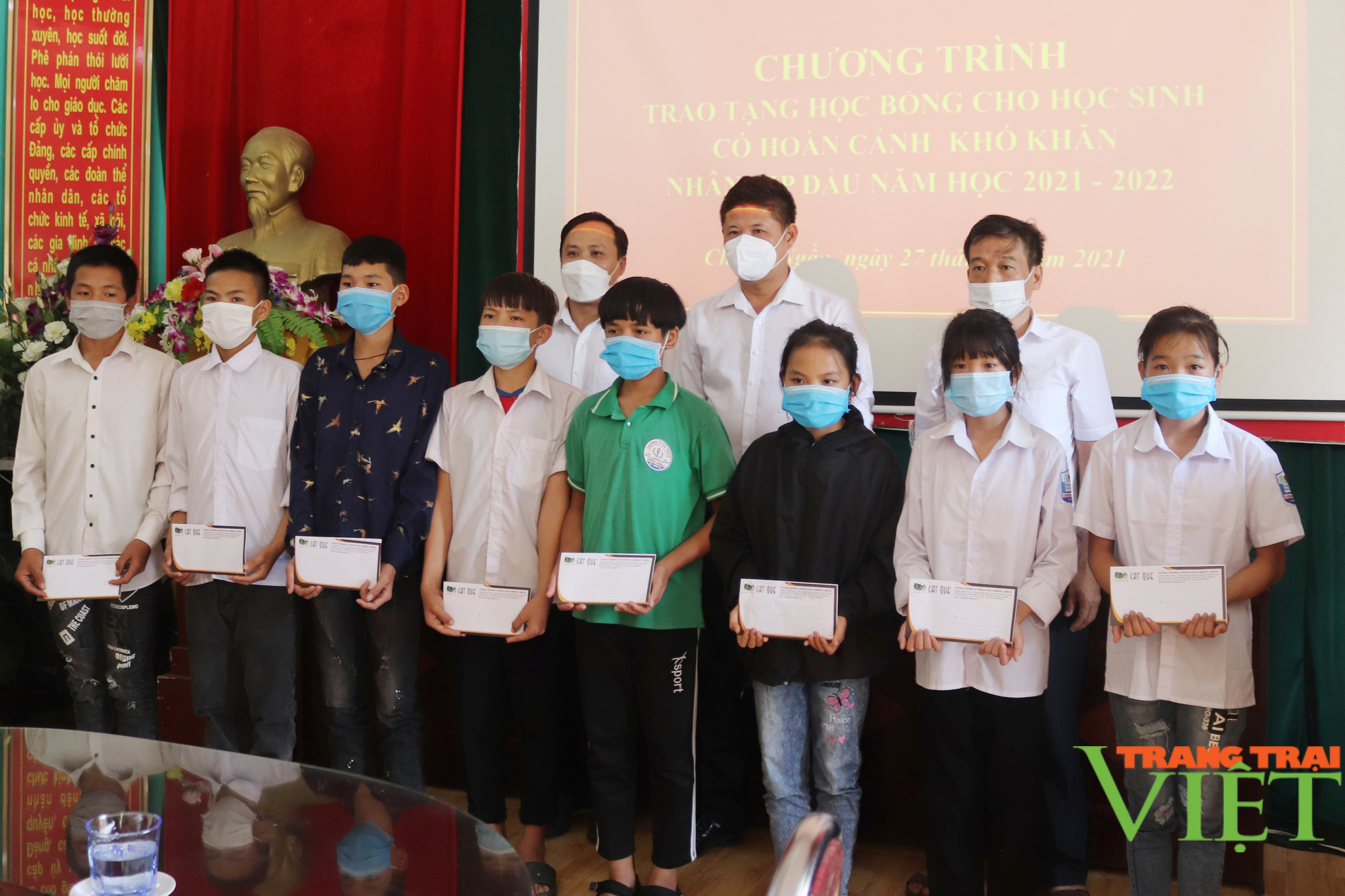 Sơn La: Trao 25 suất học bổng cho các em học sinh có hoàn cảnh khó khăn, vượt khó trong học tập - Ảnh 6.