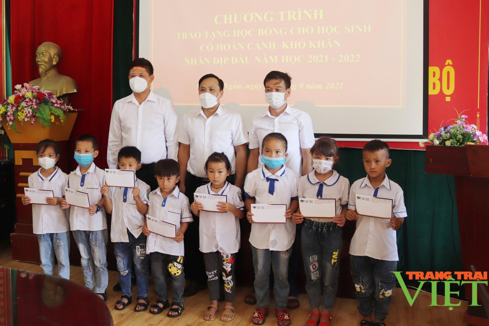 Sơn La: Trao 25 suất học bổng cho các em học sinh có hoàn cảnh khó khăn, vượt khó trong học tập - Ảnh 7.