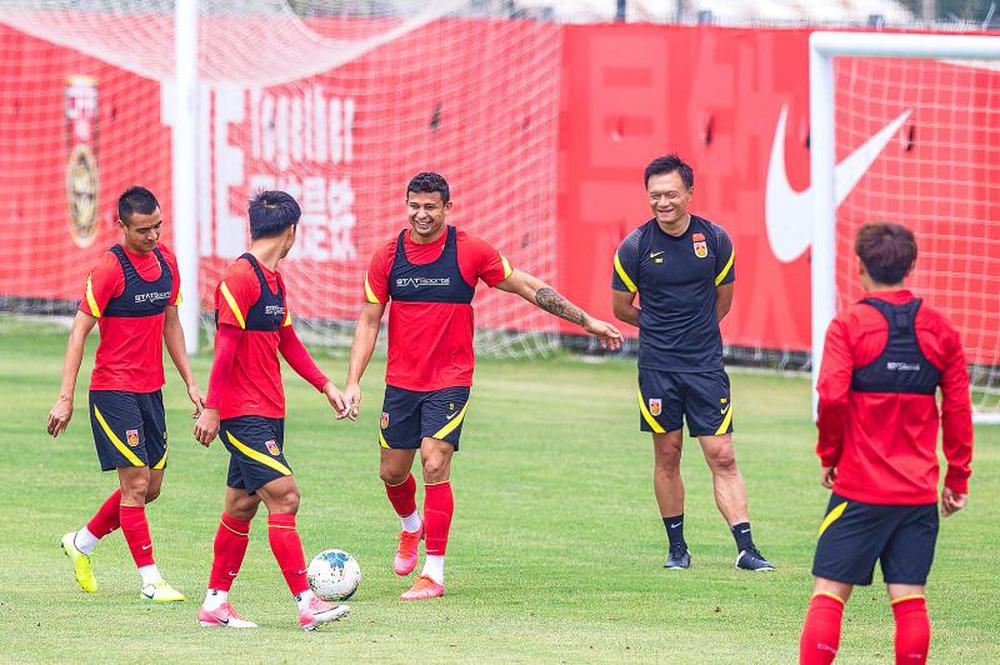 Báo Trung Quốc chê đội nhà không bằng cầu thủ nghiệp dư Việt Nam - Ảnh 1.