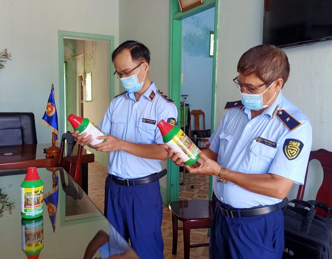 Thuốc bảo vệ thực vật chứa hoạt chất Glyphosate cấm sử dụng tại Việt Nam vẫn được bày bán - Ảnh 1.