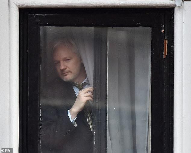 CIA và kế hoạch bí mật bắn thủng lốp máy bay chở ông trùm Wikileaks Assange - Ảnh 1.
