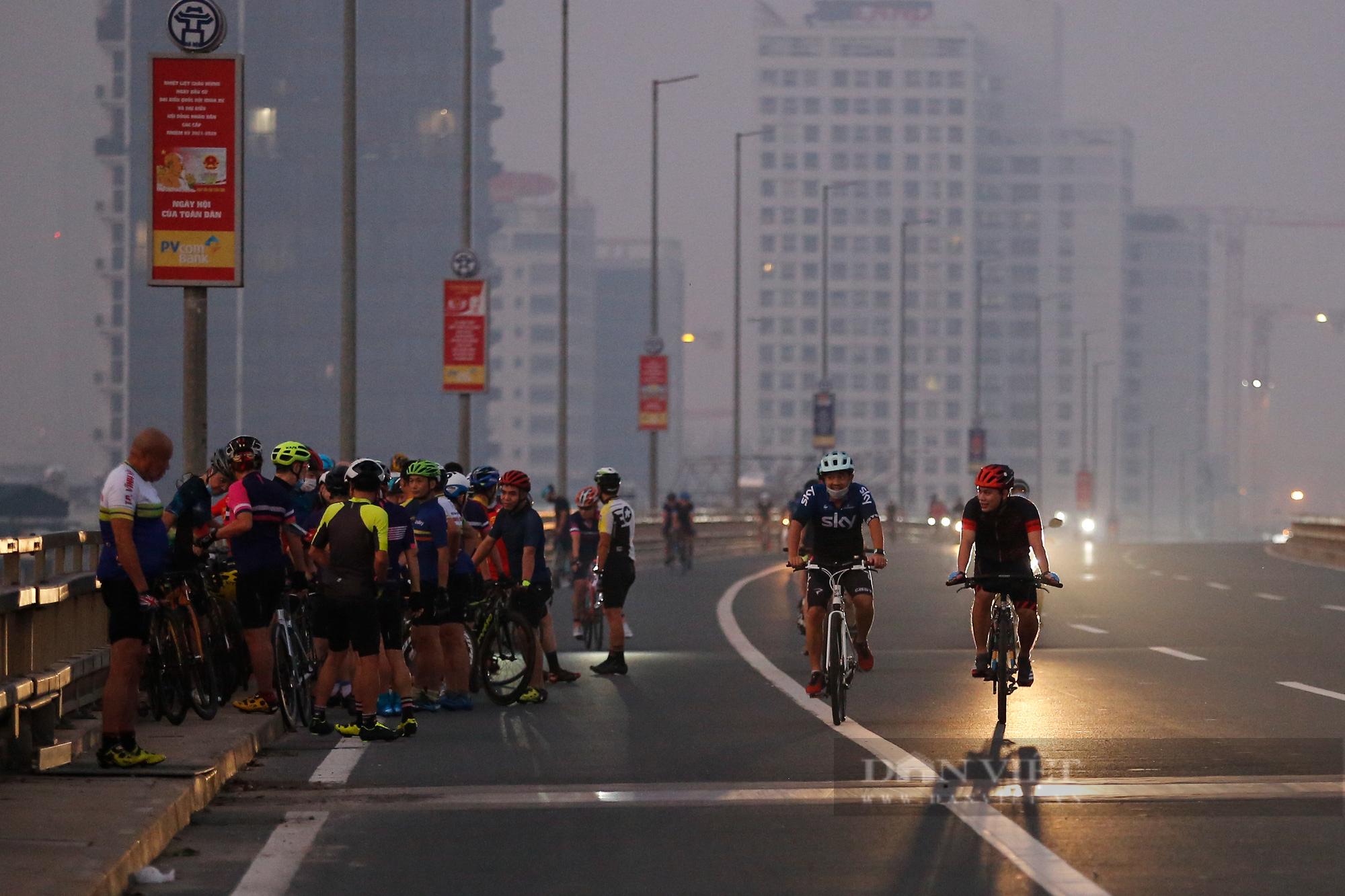 Người Hà Nội mở đường đua xe đạp sau khi nới lỏng giãn cách - Ảnh 3.