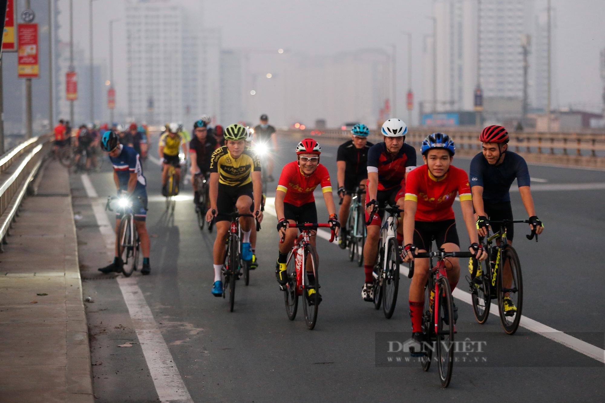 Người Hà Nội mở đường đua xe đạp sau khi nới lỏng giãn cách - Ảnh 4.