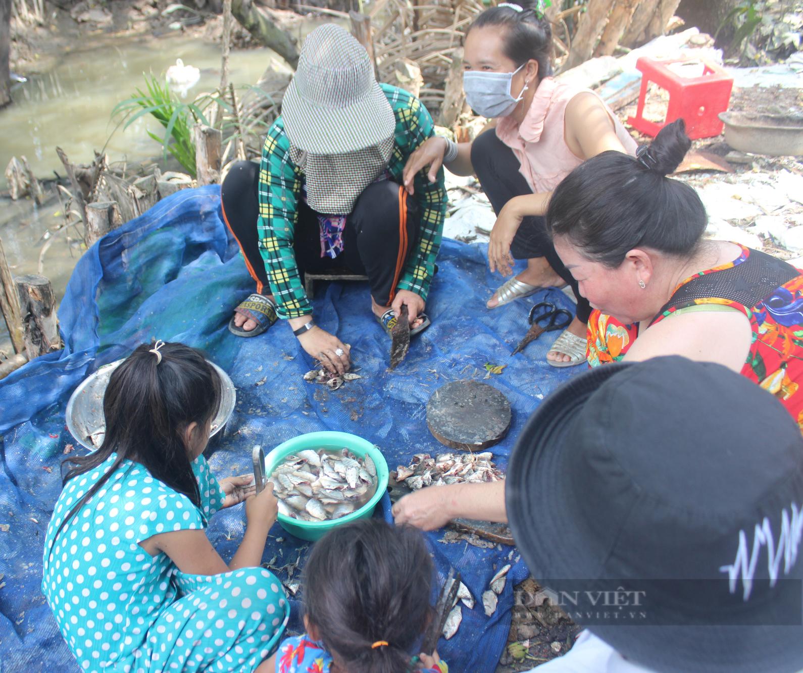 Ảnh: Người dân lao động mò cua, bắt cá lay lắt sống qua ngày tại TP.HCM - Ảnh 5.