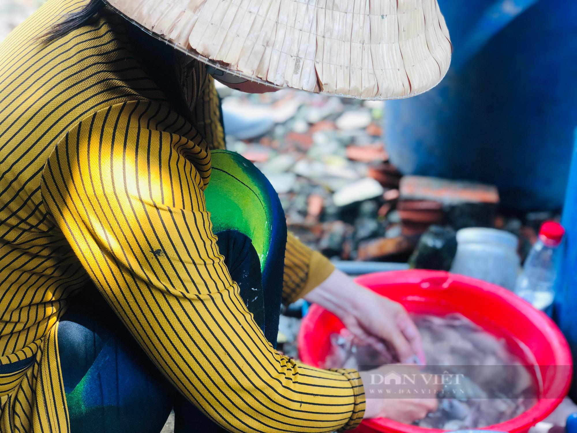 Ảnh: Người dân lao động mò cua, bắt cá lay lắt sống qua ngày tại TP.HCM - Ảnh 6.