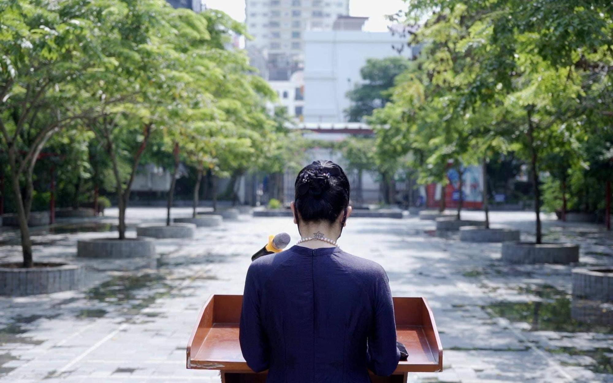 Nghẹn ngào hình ảnh hiệu trưởng đọc phát biểu khai giảng nhưng không có học sinh, chỉ có hàng cây - Ảnh 1.