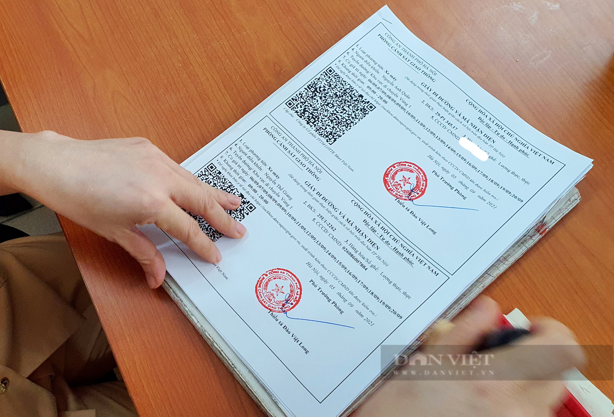 Cận cảnh những giấy đi đường kèm mã QR code đầu tiên được cấp ở Phòng CSGT - CATP Hà Nội - Ảnh 4.
