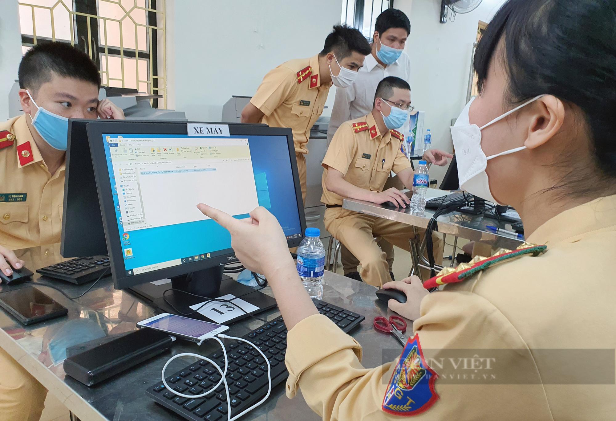 Cận cảnh những giấy đi đường kèm mã QR code đầu tiên được cấp ở Phòng CSGT - CATP Hà Nội - Ảnh 6.