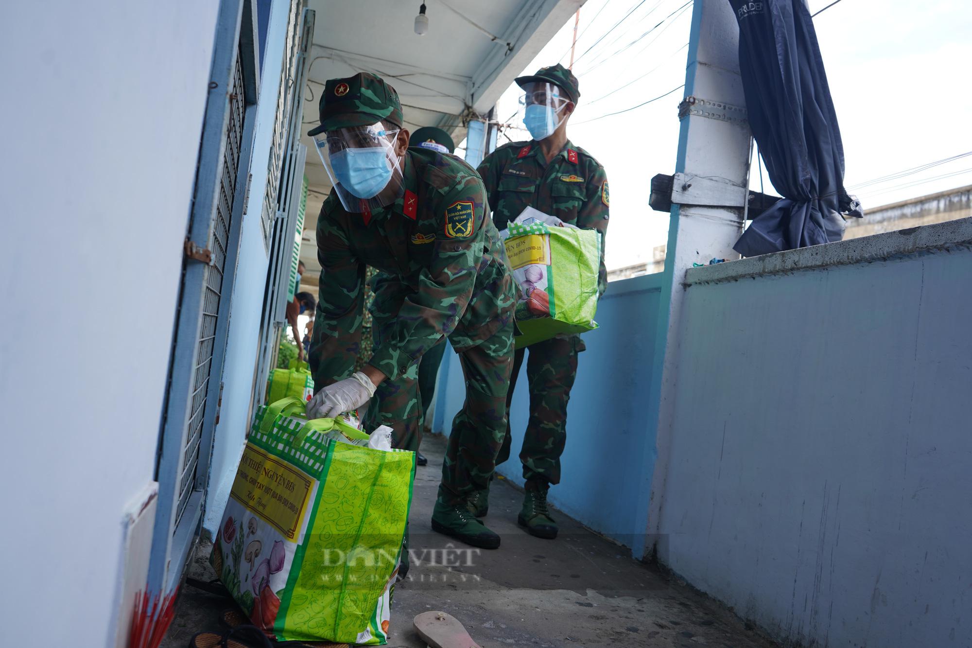 TP. HCM: Tiếp tế 900 túi quà cho người dân ở tầng cao bằng cần cẩu - Ảnh 6.