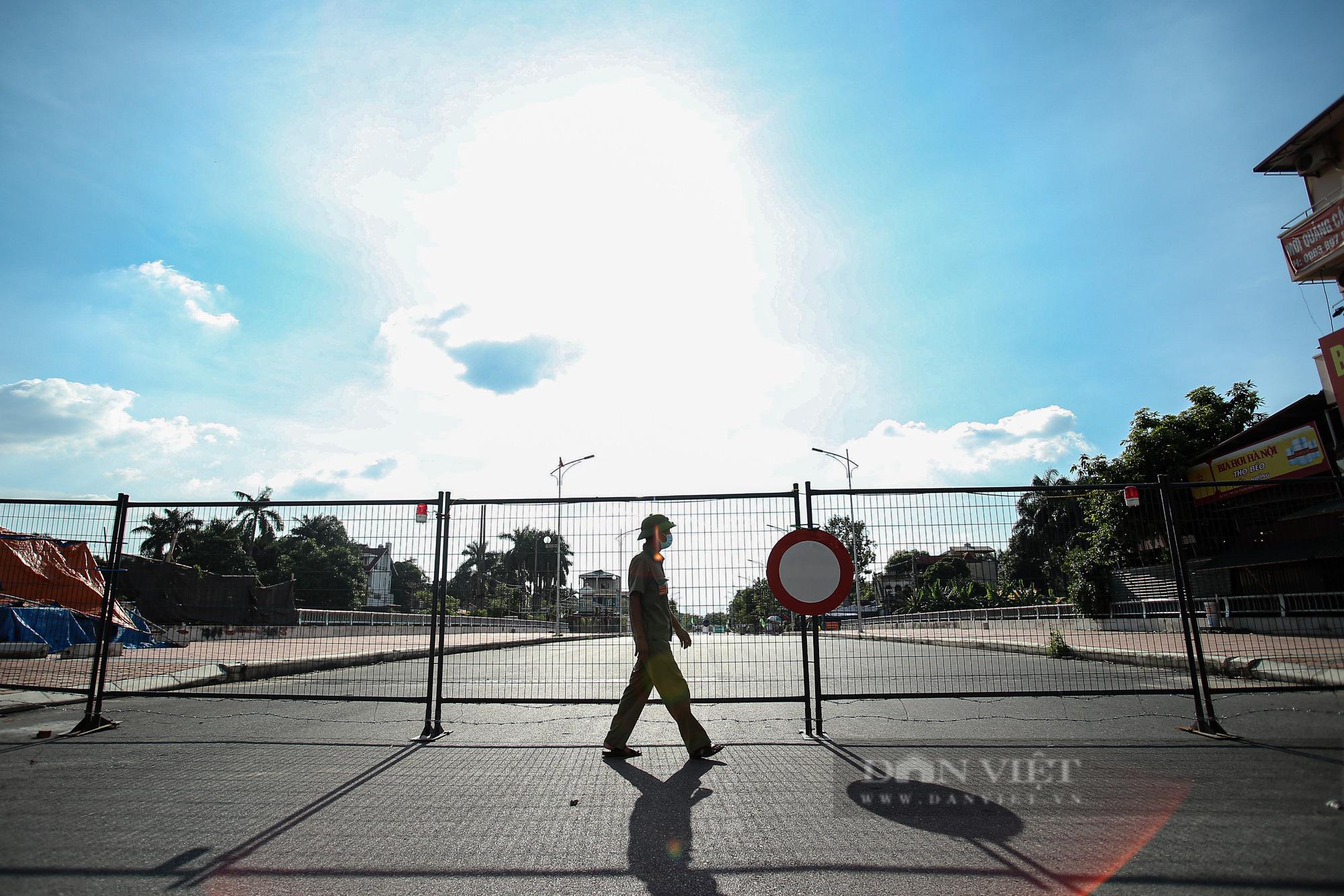 """Loạt tường rào biến mỗi địa phương trở thành một """"pháo đài"""" tại Hà Nội - Ảnh 1."""