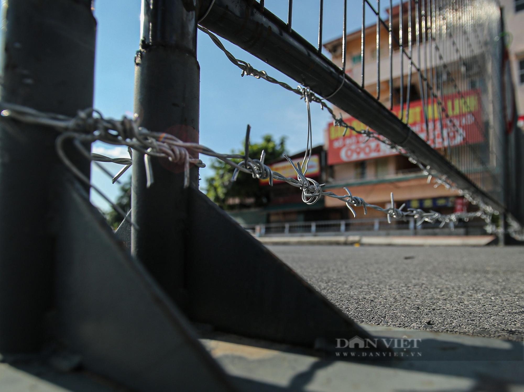 """Loạt tường rào biến mỗi địa phương trở thành một """"pháo đài"""" tại Hà Nội - Ảnh 3."""