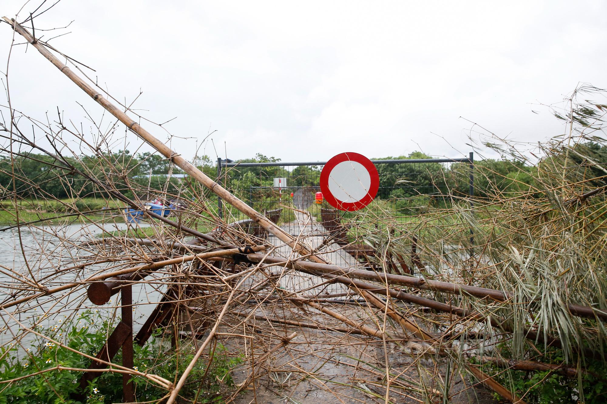 """Loạt tường rào biến mỗi địa phương trở thành một """"pháo đài"""" tại Hà Nội - Ảnh 9."""