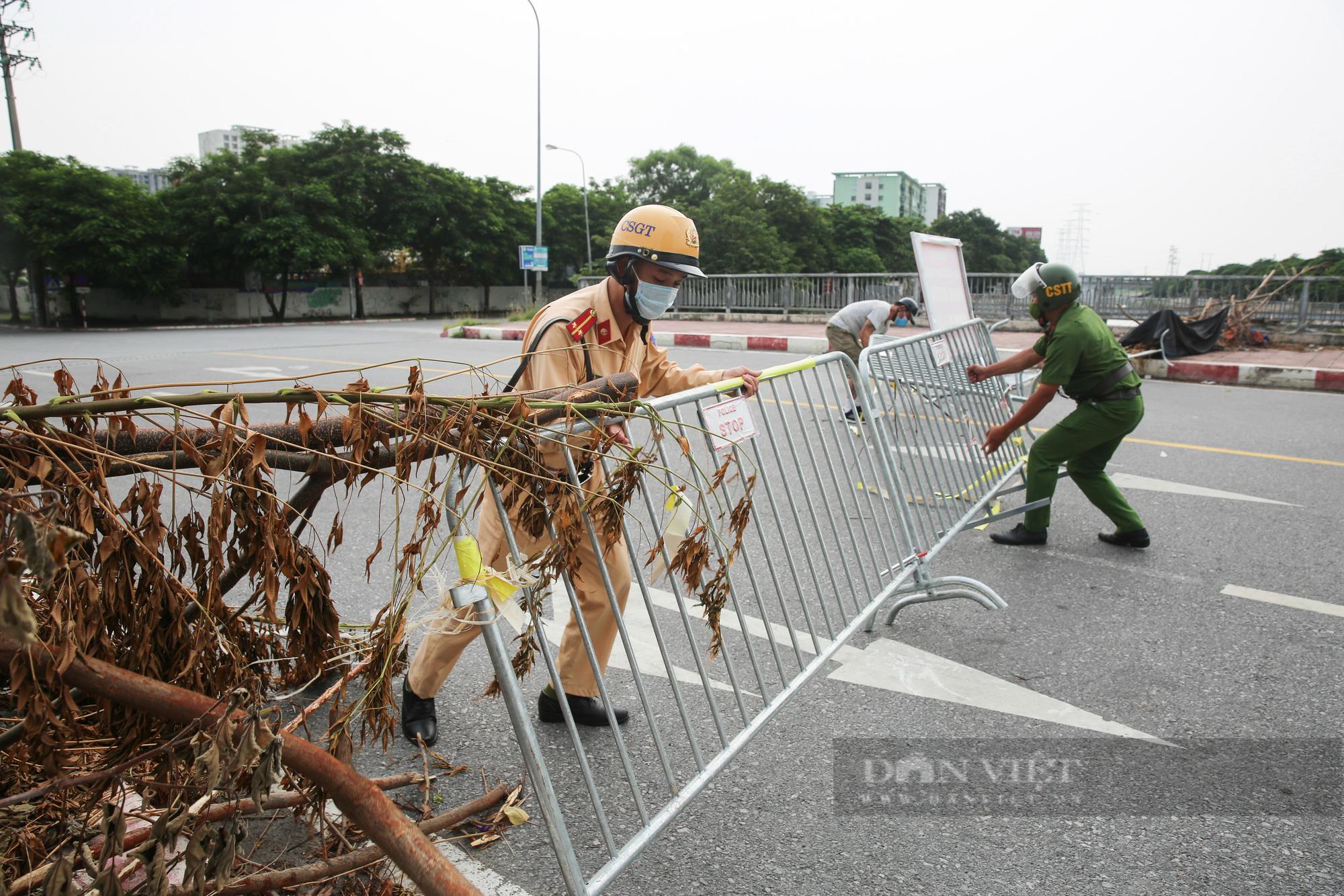 """Loạt tường rào biến mỗi địa phương trở thành một """"pháo đài"""" tại Hà Nội - Ảnh 12."""