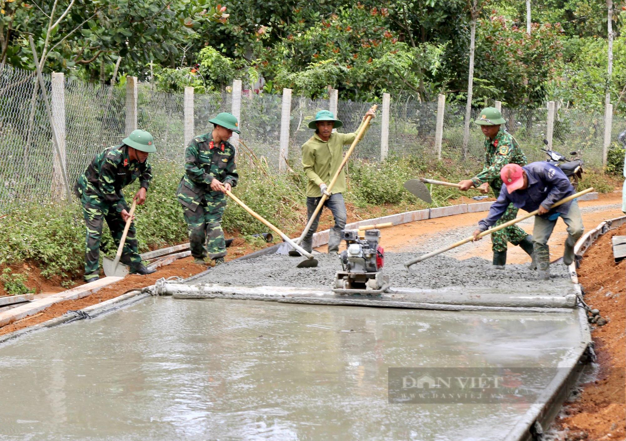 Người dân Đắk Nông nâng cao đời sống nhờ sự giúp sức của bộ đội - Ảnh 1.