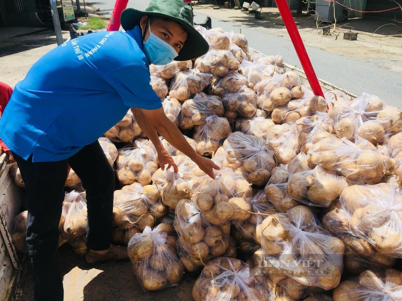 1.385 tấn dưa hấu, bưởi, chôm chôm, tôm càng xanh, dê, gà...của nông dân Bến Tre cần được tiêu thụ ngay - Ảnh 1.