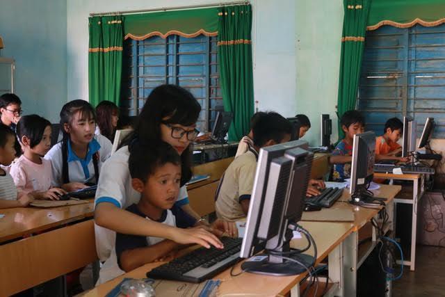 Quyên góp máy tính cũ, điện thoại thông minh tặng học sinh nghèo học trực tuyến - Ảnh 1.