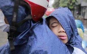 Hà Nội mưa lạnh khiến nhiều tuyến đường ùn tắc, người dân chật vật đi làm