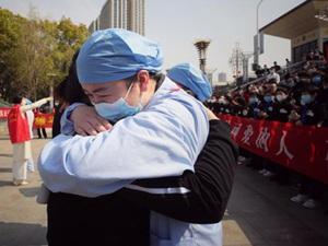 """Hoàn thành """"nhiệm vụ lịch sử"""", người Vũ Hán cúi đầu cảm ơn lực lượng y tế"""