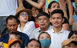 Vợ Phan Văn Đức ôm bụng bầu 9 tháng đội nắng đến sân Vinh cổ vũ chồng