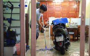 Clip: Phố Hà Nội mưa ngập như ao, người dân hì hụi quét nước ra khỏi nhà