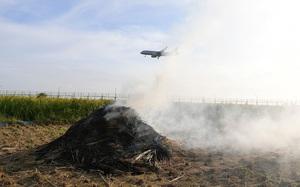 Video: Khói mù mịt bủa vây sân bay Nội Bài vì người dân đốt rơm rạ