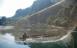"""Điện Biên: Mưu sinh bằng nghề săn """"thủy quái"""" trên sông Đà, từng bắt được 1 con 50kg sau 3 tiếng """"vật lộn"""""""
