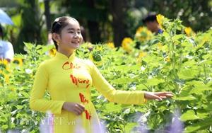 TP.HCM: Người dân ra bờ sông Sài Gòn ngắm hoa Đà Lạt, thích thú giả làm nông dân
