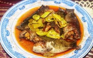 """Quảng Bình: Cá rô đồng lúa kho thơm phức, người ăn nhớ mùi, nhớ vị rồi hỏi """"có bàn tay ma thuật"""" nào không"""