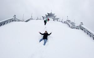Cảnh đẹp mê ly trên đỉnh Fansipan trong ngày tuyết rơi dày 60 cm