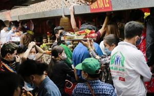 Biển người chen chúc đi lễ tại ngôi đền ở ngoại thành Hà Nội