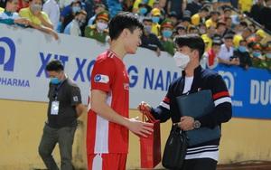 Hoàng Đức được trợ lý thầy Park tặng quà gì sau trận thắng Nam Định?