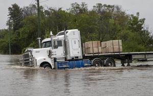 """""""Lũ lụt thế kỷ"""" biến đường phố ở Australia thành sông"""