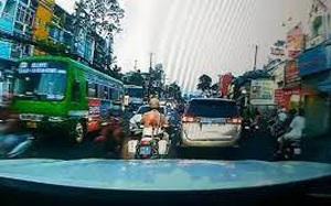 Clip: CSGT mở đường cho xe chở bệnh nhân cấp cứu lại khiến cư dân mạng cảm kích