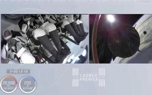 Tàu vũ trụ SpaceX suýt va chạm với các mảnh rác vũ trụ trước khi chạm trán UFO