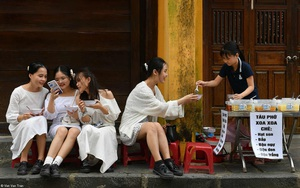 Hình ảnh 4 cô gái thưởng thức bát chè tại Hội An thắng giải ảnh ẩm thực quốc tế