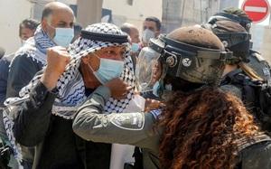 Ảnh thế giới 7 ngày qua: Người đàn ông xô xát, giơ nắm đấm trước mặt nữ cảnh sát