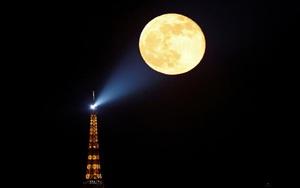Ảnh thế giới 7 ngày qua: Siêu trăng hồng xuất hiện ấn tượng trên đất Pháp